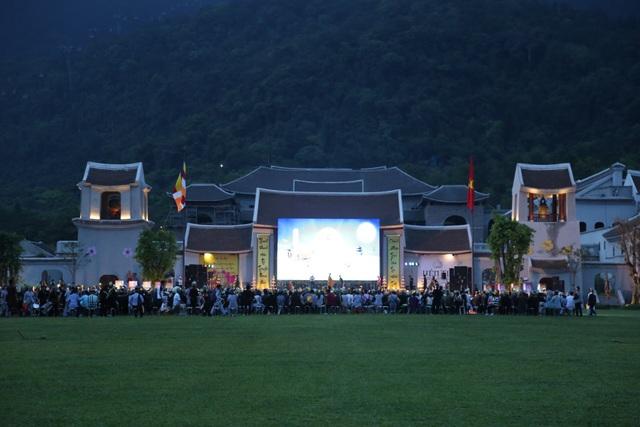 22h tối, đoàn Phật tử mới rời Yên Tử ra về.