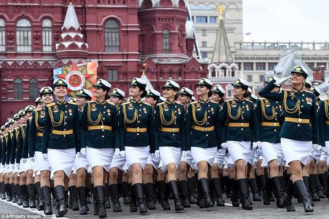 Lễ duyệt binh kỷ niệm 73 năm Ngày Chiến thắng 9/5 năm nay quy tụ đông đảo lực lượng binh sĩ và khí tài quân sự Nga. Để chuẩn bị cho sự kiện quan trọng nhất trong năm, các máy bay, trực thăng, xe tăng, vũ khí và các binh sĩ đã tập trung tại Quảng trường Đỏ ở Moscow và Quảng trường Cung điện ở St. Petersburg để diễn tập trong những ngày vừa qua. (Ảnh: AFP)
