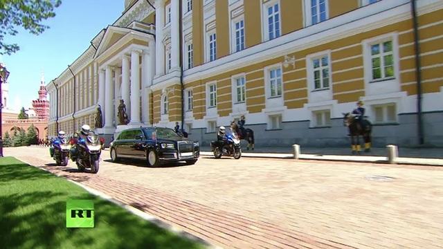 Theo RT, lễ nhậm chức của Tổng thống Putin hôm nay 7/5 tại Moscow đã trở thành dịp để công chúng có cơ hội chiêm ngưỡng siêu xe limousine mới, vốn được thiết kế dành riêng cho các quan chức cấp cao của Nga.
