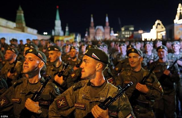 Nhóm binh sĩ Nga bồng súng tại Quảng trường Đỏ. (Ảnh: EPA)