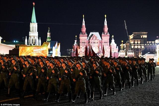 Các binh sĩ đồng loạt quay đầu sang phải khi diễu hành tại Quảng trường Đỏ. (Ảnh: AFP)