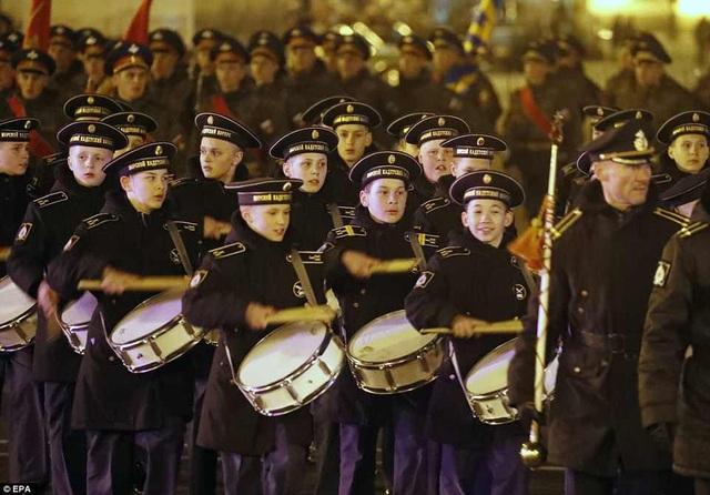 Những gương mặt trẻ trong đội quân nhạc diễu hành tại St. Petersburg (Ảnh: EPA)