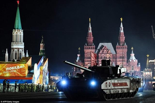 Sự xuất hiện của các phương tiện quân sự và vũ khí là một phần quan trọng trong các lễ duyệt binh của Nga. Trong ảnh: Xe tăng T-14 Armanta tới Quảng trường Đỏ diễn tập chuẩn bị cho lễ duyệt binh. (Ảnh: AFP)