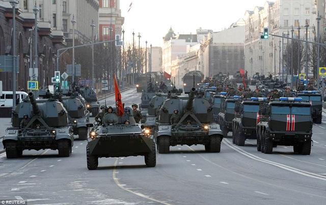 Xe quân sự di chuyển trên đường Tverskaya ở Moscow trong buổi tập dượt. (Ảnh: Reuters)