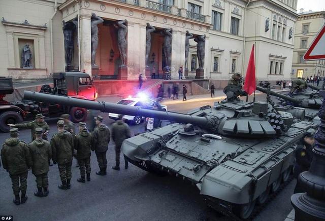 Các xe tăng T-72 xuất hiện trước bảo tàng tại St. Petersburg. (Ảnh: AP)