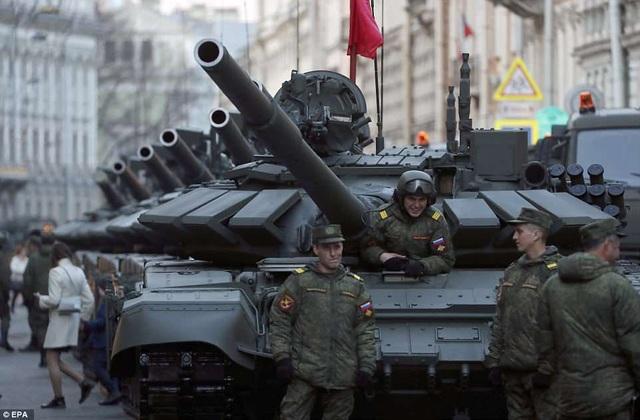 Dàn xe tăng của Nga được tập kết tại St. Petersburg trước ngày duyệt binh. (Ảnh: EPA)