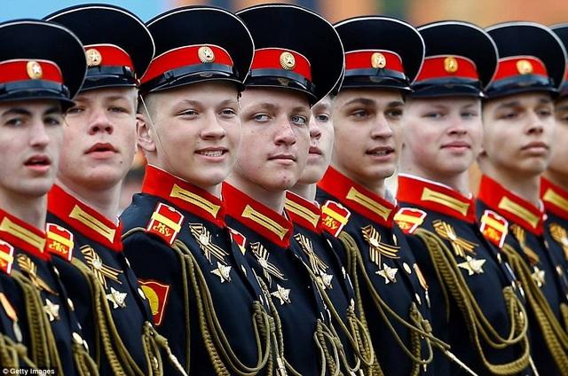 Các binh sĩ Nga mặc quân phục diễn tập diễu hành qua Quảng trường Đỏ ở Moscow, chuẩn bị cho lễ duyệt binh Ngày Chiến thắng. (Ảnh: Getty)