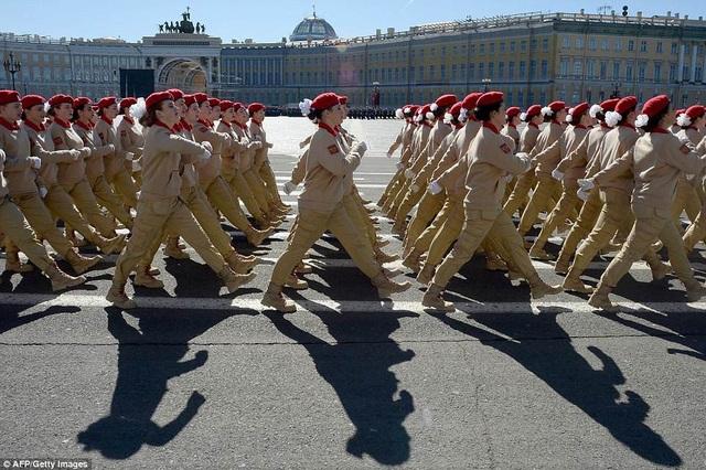 Các nữ binh sĩ tập diễu hành theo đội hình tại St. Petersburg. (Ảnh: AFP)