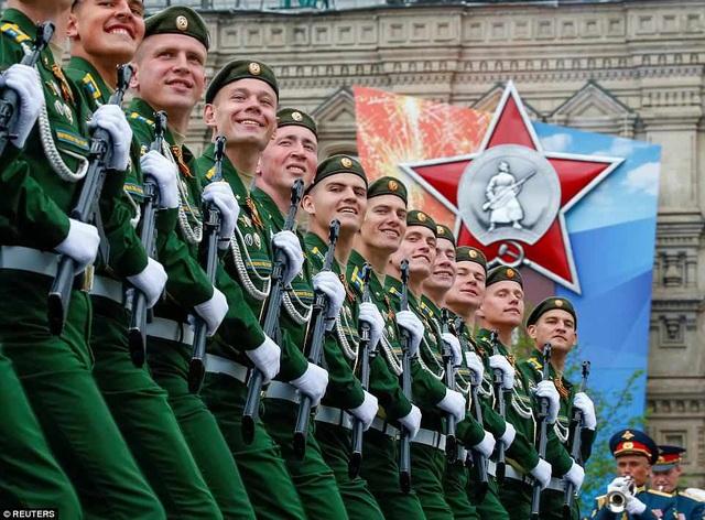 Các binh sĩ Nga tươi cười khi tập diễu hành qua Quảng trường Đỏ. (Ảnh: Reuters)