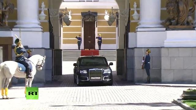 """Bộ trưởng Thương mại và Công nghiệp Nga Denis Manturov cho biết mẫu xe limousine dành cho quan chức cấp cao của Nga gần đây đã vượt qua các bài kiểm tra về va chạm và kết quả kiểm tra được đánh giá là """"tích cực""""."""