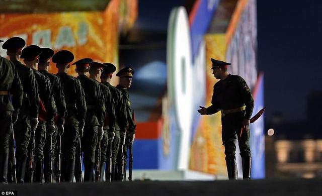 Các binh sĩ vẫn tập luyện ngay cả khi trời đã tối. (Ảnh: EPA)
