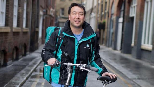 Will Shu - người đồng sáng lập Deliveroo hiện vẫn đi giao hàng hai tuần một lần - Ảnh: The Times.