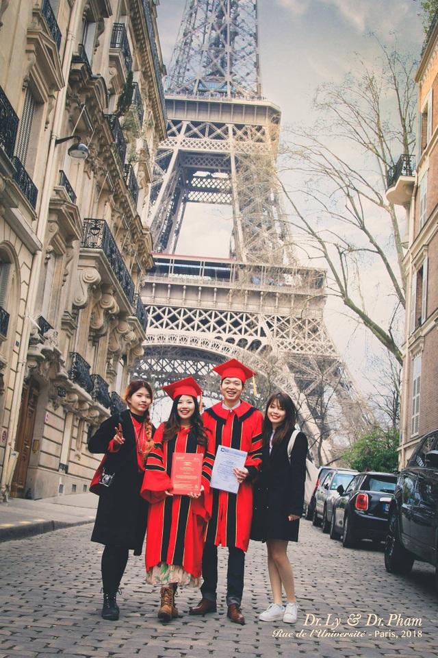 Lý Tùng Nam và vợ (áo đỏ, giữa ảnh) chụp ảnh kỷ niệm nhân dịp cả hai cùng tốt nghiệp Tiến sĩ.