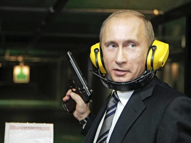 Ông Putin thử bắn súng tại trụ sở của cơ quan tình báo quân sự Nga trong chuyến thăm năm 2006. (Ảnh: Reuters)