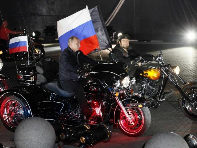 Ông Putin lái mô tô cùng nhóm mô tô Sói Đêm tại thành phố Novorossiisk năm 2011. (Ảnh: Reuters)