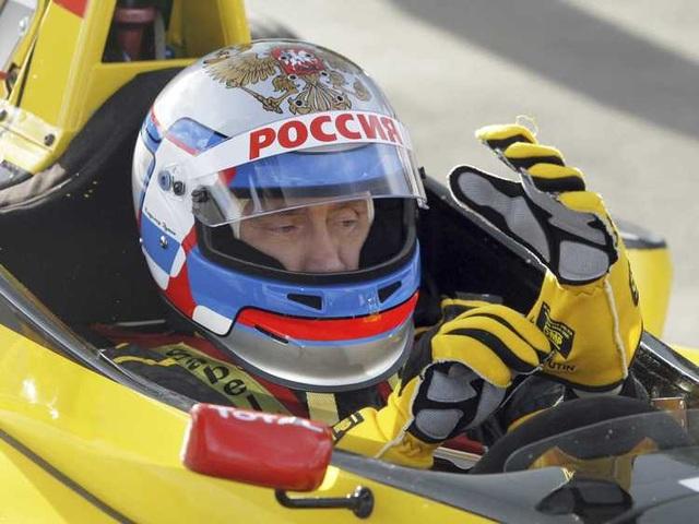 Ông Putin thử sức với vị trí tay đua xe công thức 1. (Ảnh: Reuters)