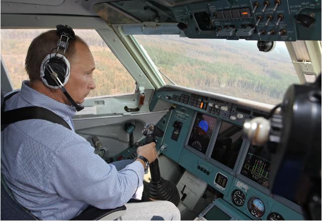 Tháng 8/2010, đích thân ông đã tham gia lái một máy bay cứu hỏa để dập tắt cháy rừng ở miền tây nước Nga. (Ảnh: RT)