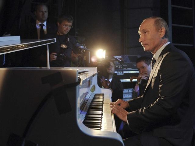 Không chỉ quan tâm tới các môn thể thao, Tổng thống Putin còn là nhà lãnh đạo có nhiều tài lẻ. Trong ảnh: Ông Putin chơi đàn piano trong chuyến thăm tới nhà hát ở Moscow năm 2011. (Ảnh: Reuters)