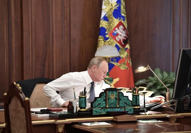 Máy quay đã ghi lại cận cảnh quá trình ông Putin di chuyển từ phòng làm việc tới nơi diễn ra lễ nhậm chức ở Điện Kremlin.