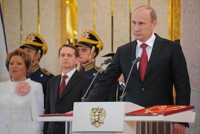 Sau khi tái đắc cử năm 2004 và lãnh đạo nước Nga thêm 4 năm, ông Putin nhận công việc thủ tướng từ năm 2008 do hiến pháp Nga quy định tổng thống chỉ được nắm quyền tối đa 2 nhiệm kỳ. Năm 2012, ông Putin một lần nữa giành chiến thắng trong bầu cử Nga và trở thành tổng thống Nga từ đó đến nay. Trong ảnh: Ông Putin trong lễ nhậm chức tổng thống năm 2012. (Ảnh: Wikipedia)