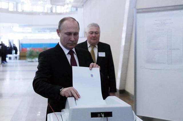 Năm 2018, ông Putin tranh cử với tư cách ứng viên độc lập và đắc cử nhiệm kỳ tổng thống thứ 4 với tỷ lệ cử tri ủng hộ áp đảo. Lễ nhậm chức của ông diễn ra hôm nay 7/5 tại Điện Kremlin. Trong ảnh: Ông Putin đi bỏ phiếu trong cuộc bầu cử tổng thống Nga hồi tháng 3. (Ảnh: Getty)