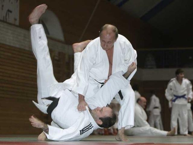 Tổng thống Putin là người có sở thích thể thao và đam mê các hoạt động ngoài trời. Trong ảnh: Tổng thống Putin tập judo tại St. Petersburg năm 2009. (Ảnh: Reuters)