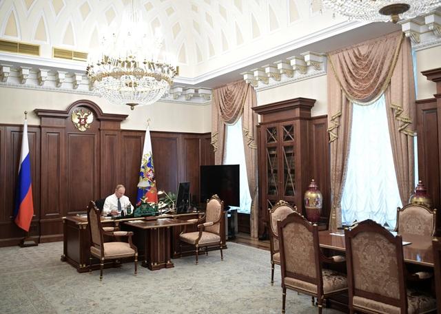 Theo RT, lễ nhậm chức được truyền hình trực tiếp vào chiều nay đã cho công chúng Nga cơ hội hiếm hoi được nhìn thấy phòng làm việc của Tổng thống Putin.