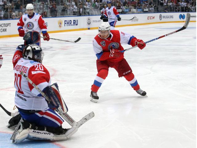 Tổng thống Putin lăn xả cùng đồng đội khi chơi khúc côn cầu trên băng. (Ảnh: Getty)