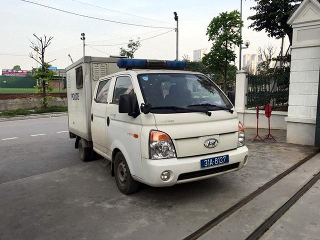 Xe chở bị cáo Đinh La Thăng đến phiên xử