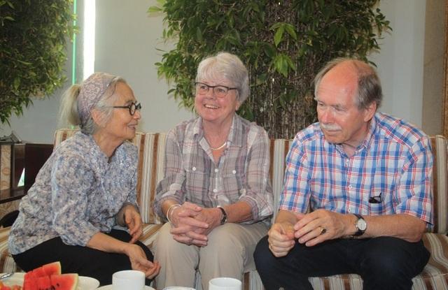 GS Lê Kim Ngọc, phu nhân GS Trần Thanh Vân tiếp vợ chồng GS Gerard 't Hooft - giải Nobel Vật lý năm 1999.