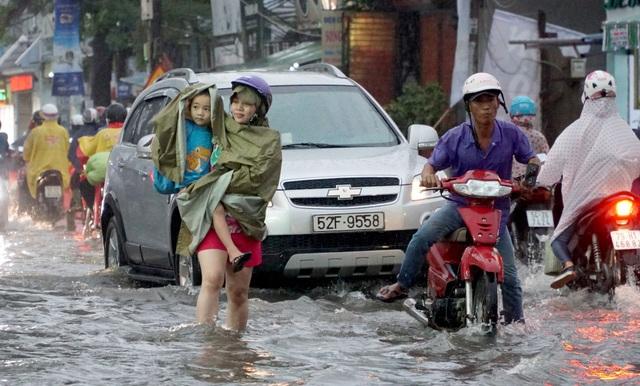 Sài Gòn mưa to, học sinh bì bõm lội nước về nhà - 5