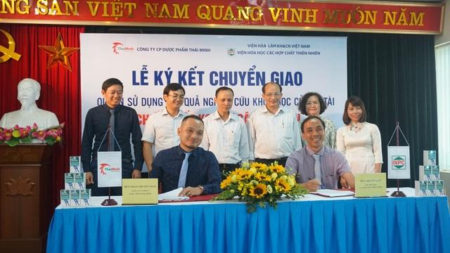 TS Lê Tất Thành (bên phải) và ông Nguyễn Quang Thái (bên trái) ký kết chuyển giao quyền sử dụng kết quả nghiên cứu khoa học của đề tài Chiết xuất KG1 từ cây Địa liền.