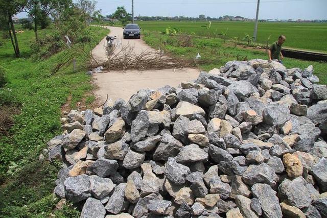 Người dân dựng lều, đổ đá ra đường để ngăn không cho xe chở rác vào bãi rác.