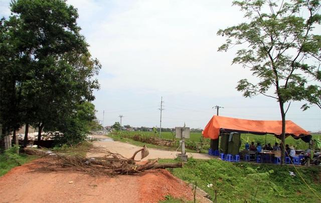 Hà Nội: Người dân dựng lều, đổ đá ra đường chặn xe ô tô chở rác - 2