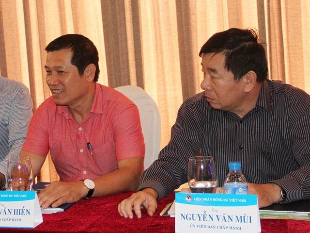 Phó Ban trọng tài Dương Văn Hiền (trái) tạm thời rút lui khỏi công việc giám sát trọng tài (ảnh: T.V)