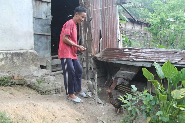 Ngoài việc đi rẫy, anh Hồ Văn Lang còn biết nuôi heo, gà, trồng rau trong vườn nhà
