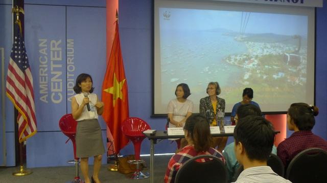 Đại diện của Quỹ Quốc tế Bảo vệ thiên nhiên (WWF) tại Việt Nam, bà Nguyễn Thị Diệu Thúy, trao đổi tại hội thảo (Ảnh: Minh Phương)