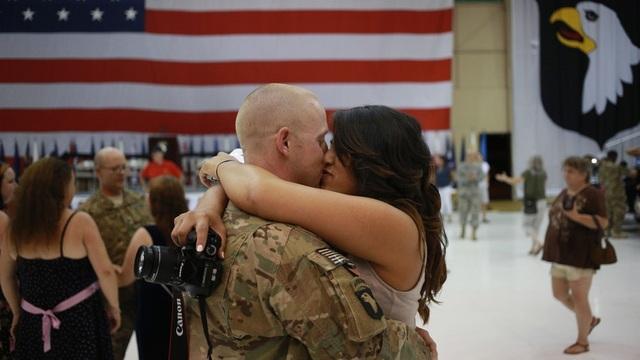 Một quân nhân Mỹ gặp gỡ người thân (Ảnh minh họa: AFP)
