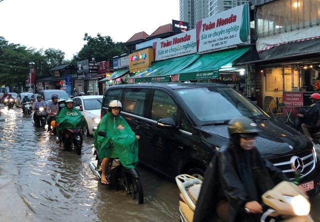 Thảm cảnh ngập nước, kẹt xe trên đường vào khu nhà giàu ở phường Thảo Điền, quận 2.