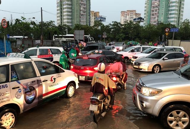 Hàng trăm ôtô, xe máy chen nhau qua vùng ngập nước để ra vào khu nhà giàu Thảo Điền, quận 2.