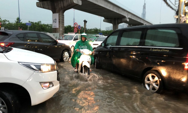 """Xe hơi xếp hàng dài vào """"khu nhà giàu"""" vì mưa ngập, kẹt xe - 4"""