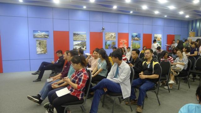 Đông đảo các bạn trẻ tham gia buổi trao đổi về mối nguy hiểm của rác thải nhựa đối với môi trường (Ảnh: Minh Phương)