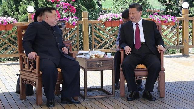 Ông Kim Jong-un và ông Tập Cận Bình gặp mặt tại Đại Liên (Ảnh: RT)