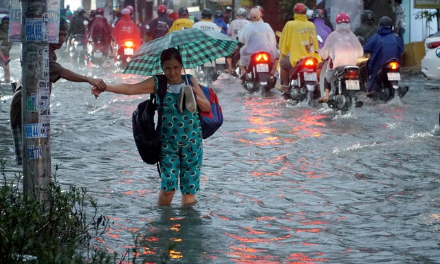 Theo Đài khí tượng Thủy văn Khu vực Nam bộ, các khu vực Vũng Tàu, Bình Dương, Đồng Nai, TPHCM, Tiền Giang, Tây Ninh, Long An, Bến Tre, đang tồn tại vùng mây đối lưu mạnh nên trong vài ngày tới có thể gây mưa lớn. Trong cơn dông, người dân cần đề phòng lốc xoáy, gió giật mạnh, lượng mưa khoảng 10-30 mm.