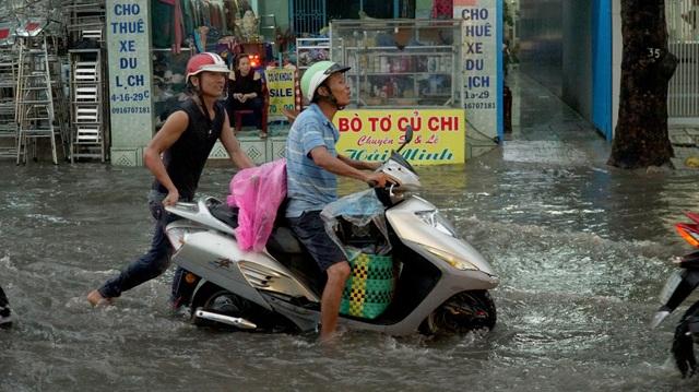 Sài Gòn mưa to, học sinh bì bõm lội nước về nhà - 3