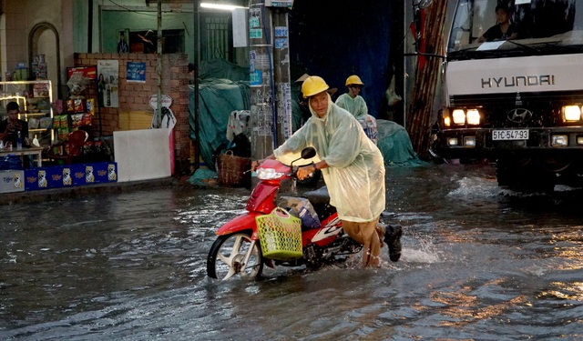 Sài Gòn mưa to, học sinh bì bõm lội nước về nhà - 2