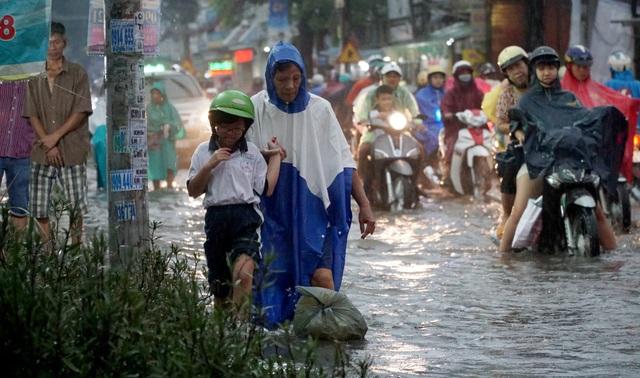 Sài Gòn mưa to, học sinh bì bõm lội nước về nhà - 6