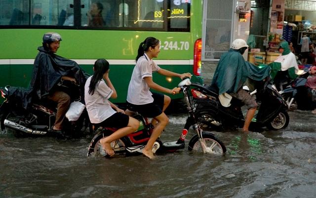 Học sinh đội mưa, đạp xe về nhà