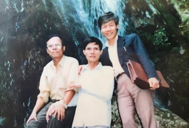 Ông Lê Quang Thưởng lưu giữ bức ảnh ông (trái) chụp cùng Tổng Bí thư Nguyễn Phú Trọng (phải) thời công tác tại Ban Tổ chức Trung ương