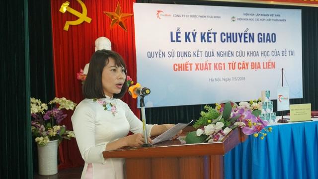 PGS.TS Lê Minh Hà (áo dài trắng) tại lễ chuyển giao kết quả nghiên cứu khoa học.